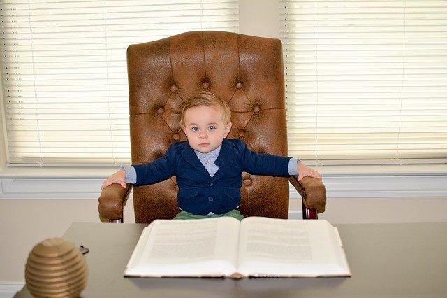 Kleiner Junge auf einem Ledersessel