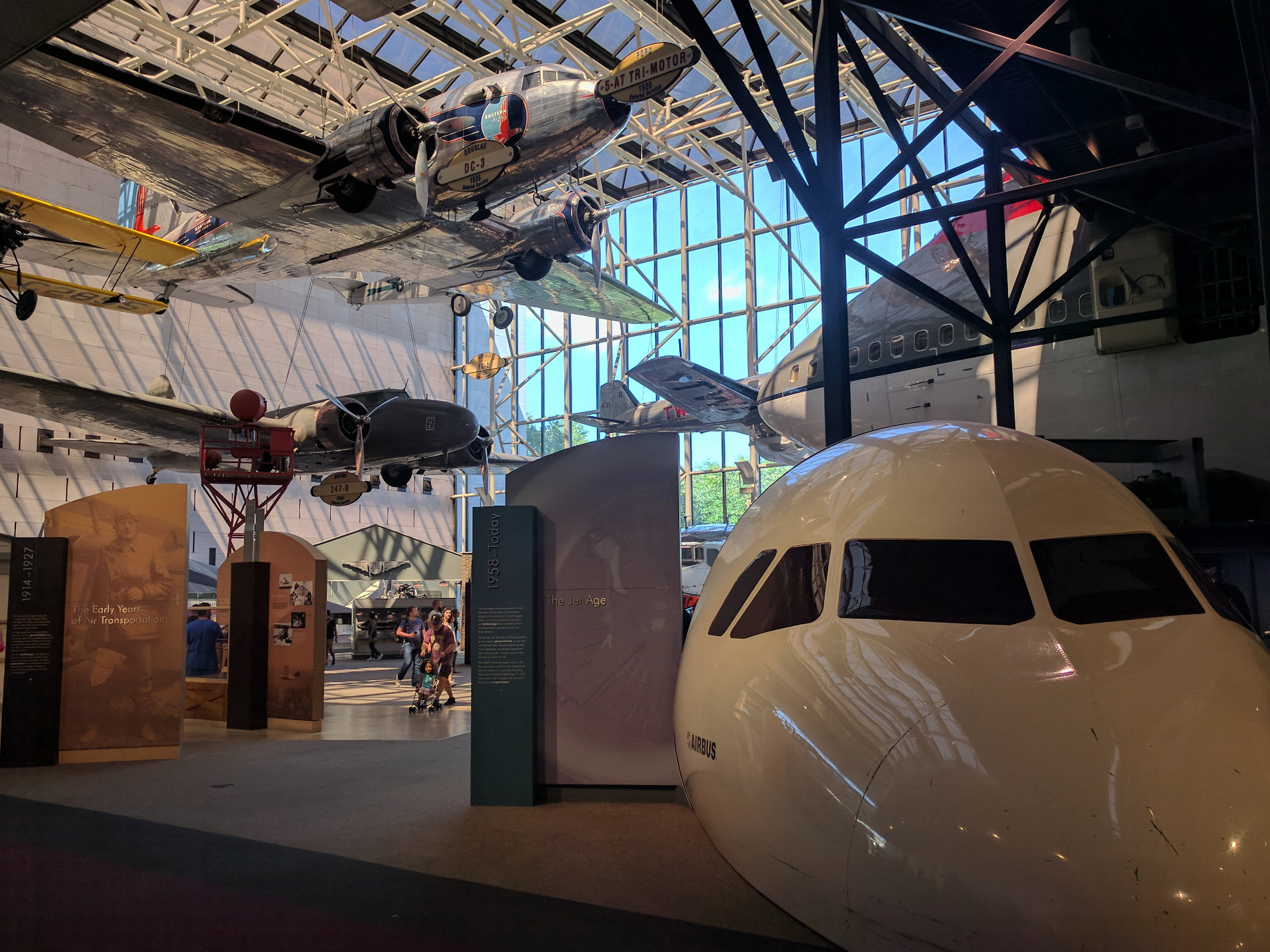 Viele Flugzeuge im Luft- und Raumfahrmuseum