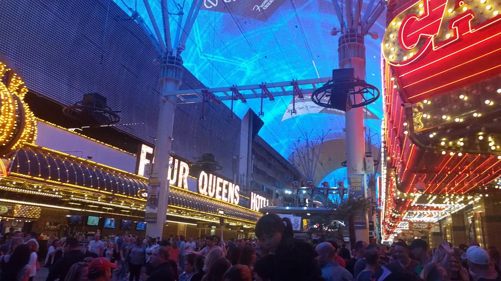 Viele Leute unter dem künstlichen blauen Himmel der Freemont-Street